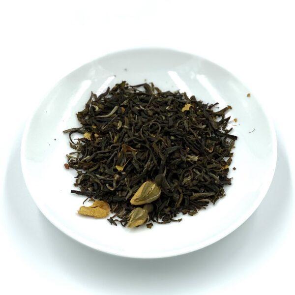 Ihastuttavasti mansikan paloilla ja ruusun nupuilla maustettu vihreä tee.